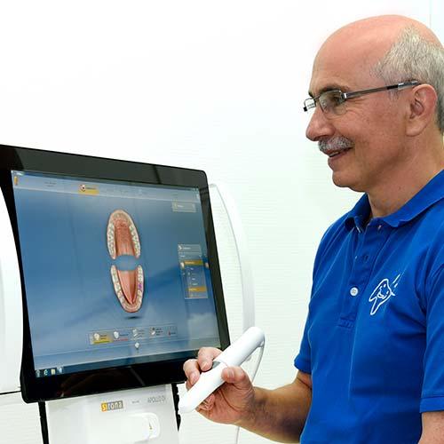 Zahnarzt Schwarzach - Dr. Kremer erklärt Behandlung am Monitor